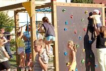 V Dřevohosticích otevřeli nové hřiště pro děti.