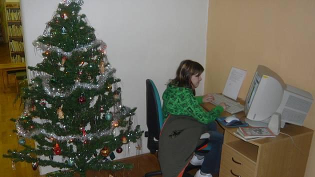 Knihovna se oblékla do vánočního.