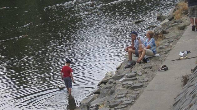 Nízké hladiny Bečvy využívají denně desítky lidí k netradičnímu osvěžení uprostřed řeky