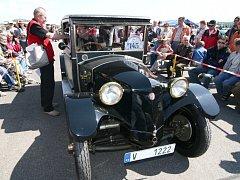 Desítky historických vozidel a stovky jejich obdivovatelů zaplnily drahotušské letiště. Uskutečnil se zde pátý ročník mezinárodního setkání Air–Auto–Moto Veterán Festu.