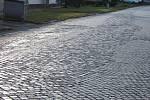 Žulové kostky a díry v ulicích Lipnická a Hranická v Drahotuších