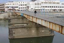 Lávka, která byla postavena na pilířích původního Tyršova mostu v roce 1964, je nyní ve zchátralém stavu. Podle odborníků se na lávce nesmí shromažďovat více lidí. Hrozí totiž její deformace.