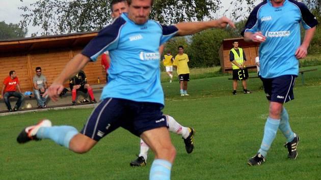 Fotbalisté Ústí (v modrém)