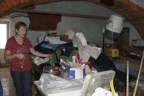 Rodinný dům paní Jany Humplíkové z Polomi ochránily před vodou z přívalového deště pytle s pískem. Přesto nechtěla žena, kterou už má s povodněmi bohaté zkušenosti, nechat nic náhodě a všechny cenné věci přestěhovala v pondělí odpoledne do vyšších míst.