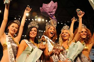 Gabriela Kořínková (na snímku druhá blondýnka zprava) získala titul 1. vicemiss na mezinárodní soutěži Miss Bikini.