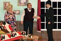 Typický suchý britský humor rozesmál návštěvníky nedělního představení ochotnických divadel Ventylátor