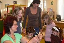 Zkušená pletařka Miloslava Zatloukalová učila děti vyrábět vánoční ozdoby ze slámy.