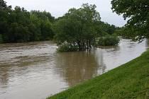 Bečva hrozí, některá místa jsou zaplavena