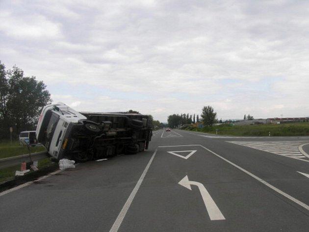 Na vozidle je škoda 90 tisíc korun, na svodidlech pak 2 tisíce.