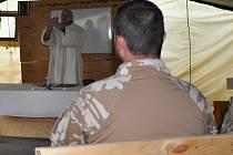 Vojáci v Afghánistánu se zúčastnili vzpomínkové mše za zemřelého kolegu