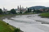 Koryto Bečvy je tento týden v Hranicích místy skoro bez vody