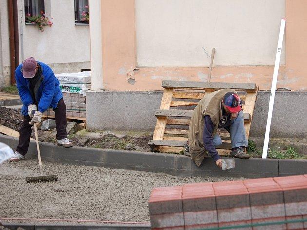 V Prosenicích se pustili do rekonstrukce chodníků.