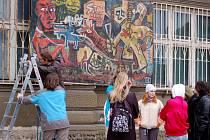 Originálním způsobem lákají studenti Gymnázia Jakuba Škody v Přerově návštěvníky na mezinárodní festival dokumentárních filmů s názvem Jeden svět nestačí.