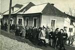 Mezi tradiční akce sboru patří vodění medvěda, fotografie zachycuje masopustní průvod v roce 1953 před hluzovskou hospodou.