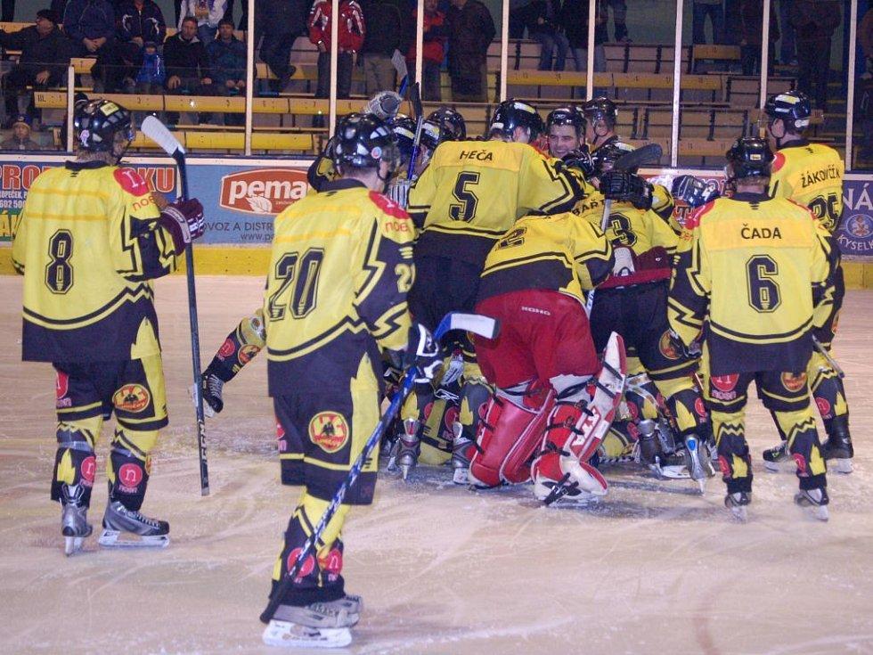 Uničovští hokejisté se radují v sérii s Přerovem