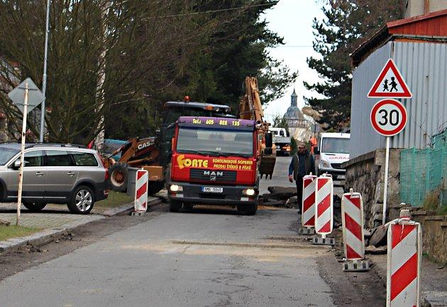 Teplická ulice je kvůli pokládce nového povrchu neprůjezdná v úseku od ulice Jurikovy po Partyzánskou.