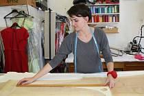 Tereza Mašlaňová se svou módní kolekcí projela Evropu a dostala se i do New Yorku, nyní pracuje v Hranicích a své řemešlo dělá s láskou.
