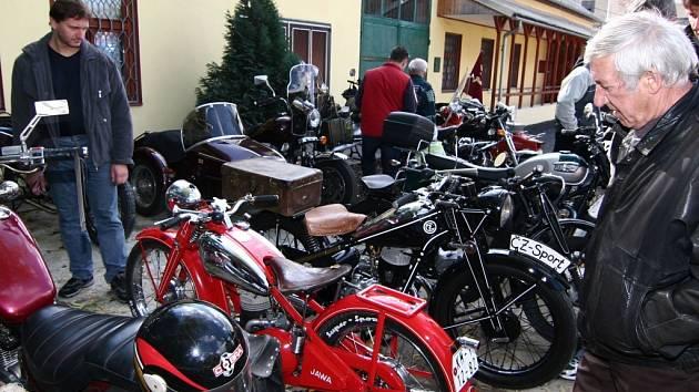Na zastávce u Příleského mlýna u Všechovic mohli lidé obdivovat krásu naleštěných strojů.