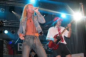 Výborní muzikanti z AC/DC revival.