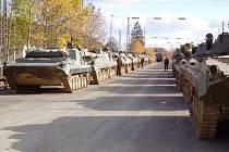 Přeprava vojenské techniky na mezinárodní cvičení Saber Junction v německém Hohenfelsu