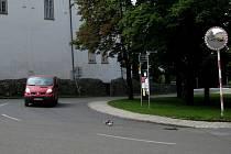Nepřehlednou křižovatku v centru Hustopečí už dnes alespoň doplňuje bezpečnostní zrcadlo a bílé pruhy na silnici.