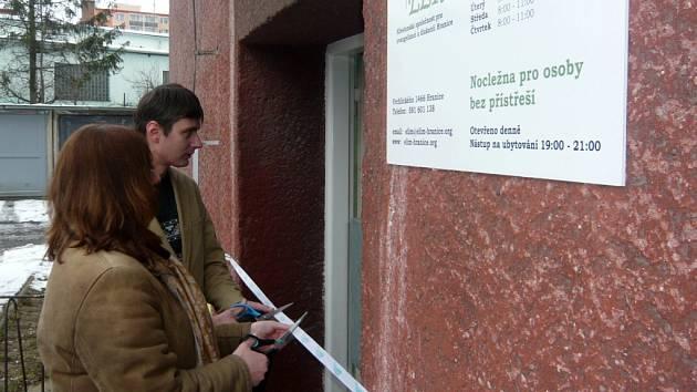 Stříhání pásky se zhostila místostarostka města Radka Ondriášová spolu s ředitelem společnosti Elim Hranice Bohuslavem Rybníčkem.
