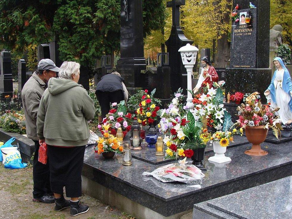Nazdobený květinami je i hrob známého zpěváka Pavla Nováka.