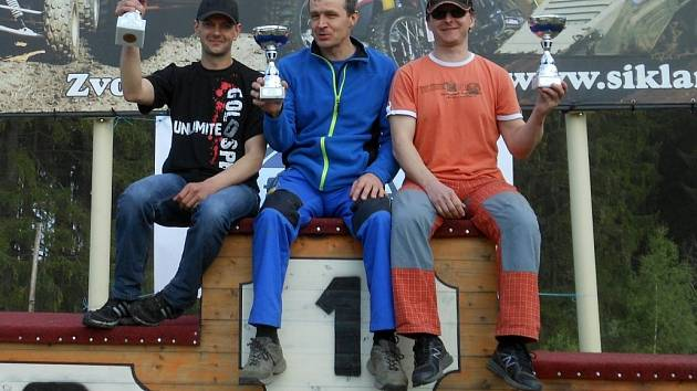 Jezdci Enduro Velká na stupních vítězů.