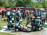 Hasiči v Malhoticích pomáhají u požárů, vodí medvěda, kácí májku a zajišťují divadelní představení.