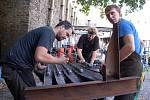 Poslední úpravy a téměř čtyři metry vysoká kovová plastika o váze 150 kilogramů se v plné kráse ukázala návštěvníkům Kovářského fóra na hradě Helfštýně. Na jejím vzniku pracovali tři umělečtí kováři z Olomoucka celý týden.