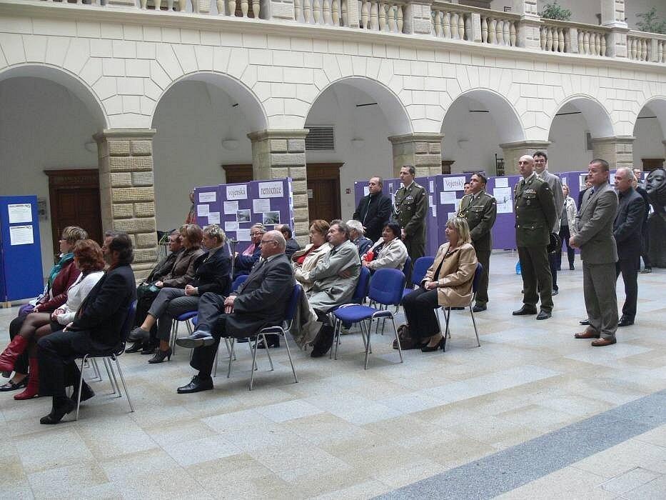 Zahájení výstavy s názvem Mauzoleum ve dvoraně hranického zámku