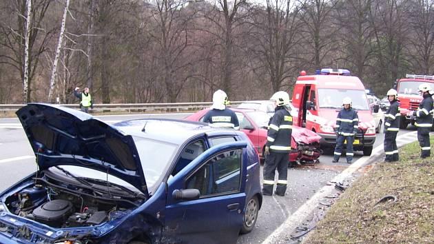 Auta se srazila pod tratí v Teplicích nad Bečvou.
