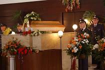 Se zkušeným navigátorem a členem zdejšího Svazu letců Václavem Říhou se přišli rozloučit do obřadní síně přerovského hřbitova příslušníci zdejší vrtulníkové základny a jeho kolegové.