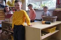 Tyto staré dřevěné skříňky budou dětem na Struhlovsku v Hranicích sloužit už jen pár týdnů. Během léta je chce Mateřská škola Klíček nahradit novým nábytkem. Úpravy a rekonstrukce menšího či většího formátu plánují přes prázdniny všechny městské mateřinky