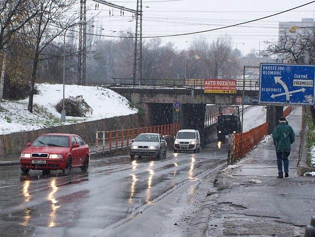 Na silnicích není po sněhu ani památka.
