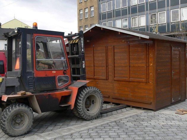 Masarykovo náměstí v Přerově obsadily v těchto dnech první dřevěné stánky.