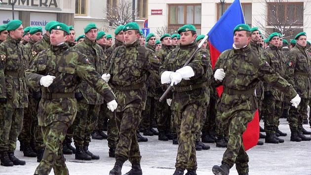 Vojáci na Masarykově náměstí v Hranicích. Ilustrační foto