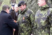 K 15. výročí založení 7. mechanizované brigády AČR se v pátek dopoledne na Masarykově náměstí v Hranicích uskutečnila slavnosní přehlídka, které se zhostil náměstek ministra obrany František Padělek.
