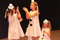 Asi šedesát dětí vystoupilo na pódiu v Sokolovně v pestrobarevných kostýmech.