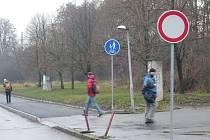 Cyklisté musí při cestě z nádraží do města ignorovat zákaz vjezdu a překonat řadu nástrah.