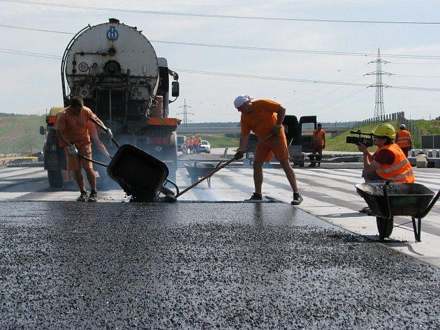 Na stavbě dálnice D47 v úseku Lipník nad Bečvou - Bělotín probíhají dokončovací práce. Dálnice bude otevřena v listopadu letošního roku.