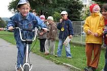 Děti ze Základní školy 1. máje závodily na koloběžkách.