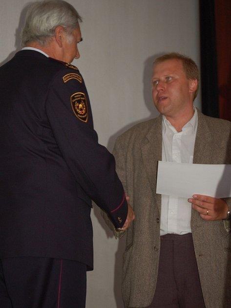 Starosta Troubek Radek Brázda předal pamětní listy zástupcům organizací, které obci pomáhaly po povodních v roce 1997.