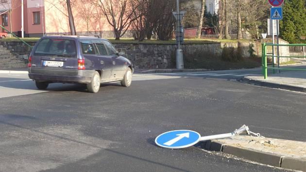 Ostrůvek v ulici Komenského v blízkosti křižovatky U orla se stal terčem nepozornosti.