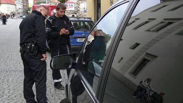 Městským strážníkům stačí na příslušné telefonní číslo zadat registrační značku vozidla a okamžitě zjistí, zda má jeho řidič za stání v označené zóně zaplaceno.