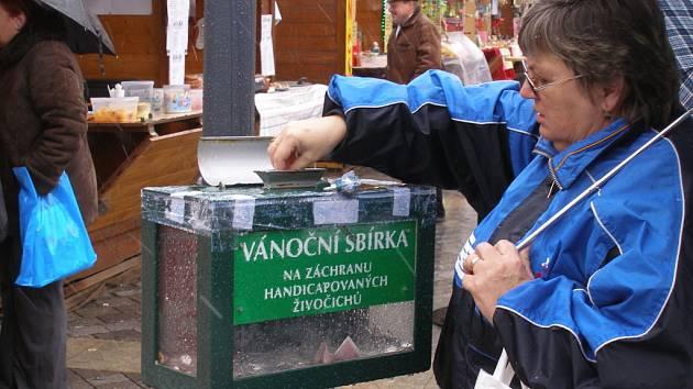 Do kasičky u vánočního stromu na náměstí T. G. Masaryka, jejíž výtěžek je letos určen na podporu záchranné stanice pro handicapované živočichy, vhazují Přerované i papírové bankovky.
