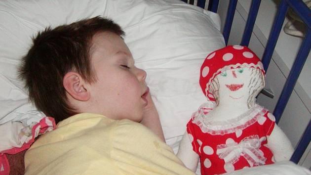 Panenku, kterou malí pacienti v nemocnici dostanou, si mohou odnést domů.