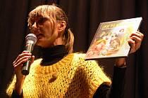 Pražská spisovatelka pro děti a mládež Ivona Březinová besedovala v pátek 23. října dopoledne v hranickém kině Svět se školáky.
