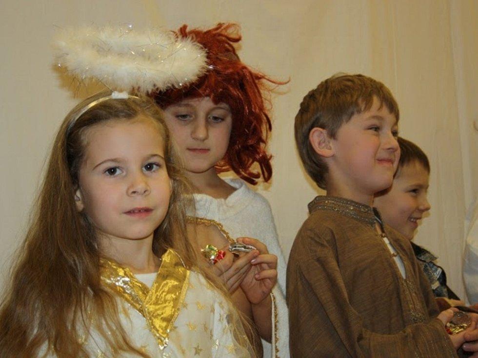 Vánoční příběh, který společně divákům v úterý 8. prosince po setmění předvedli, vypráví o narození a životě Ježíše Krista.