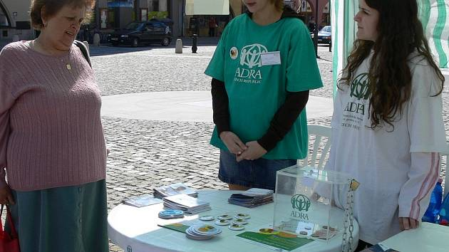 Dobrovolníci pomáhali humanitární organizaci Adra na Masarykově náměstí v Hranicích.